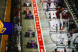 Carlos Sainz Jr., Scuderia Toro Rosso STR12, Kevin Magnussen, Haas F1 Team VF-17, Daniil Kvyat, Scuderia Toro Rosso STR12, Fernando Alonso, McLaren MCL32, through the pit lane