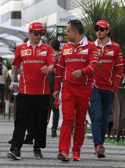 Kimi Raikkonen, Ferrari, el director de operaciones de Ferrari, Diego Ioverno, y Antonio Giovinazzi, piloto de desarrollo y reserva de Ferrari