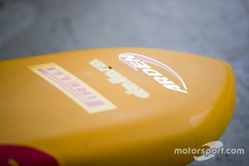 شعار فريق أردين انترناشيونال على أنف السيارة