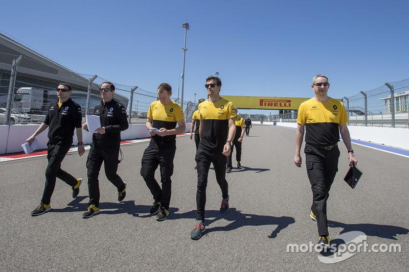 Jolyon Palmer, Renault Sport F1 Team walks the track