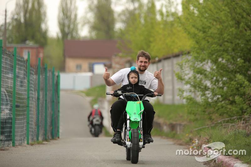 Тіма Кулєшов везе на мотоциклі батька, Олександра Кулєшова