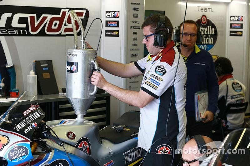 Crew Marc VDS mengisi bahan bakar di motor Jack Miller