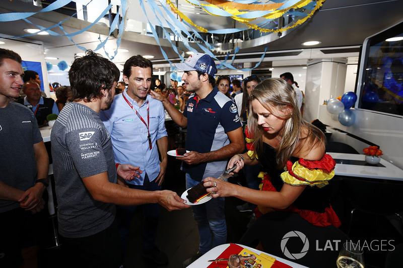 Фернандо Алонсо, McLaren, святкує свій день народження, Педро де ла Роса, Карлос Сайнс-молодший, Scuderia Toro Rosso