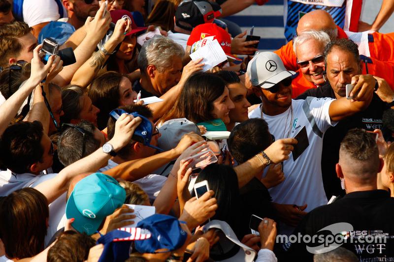 Lewis Hamilton, Mercedes AMG F1 taraftarlar ile