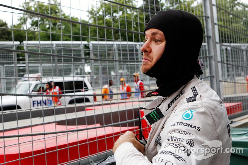 Nico Rosberg, Mercedes AMG F1 se detiene en la segunda práctica