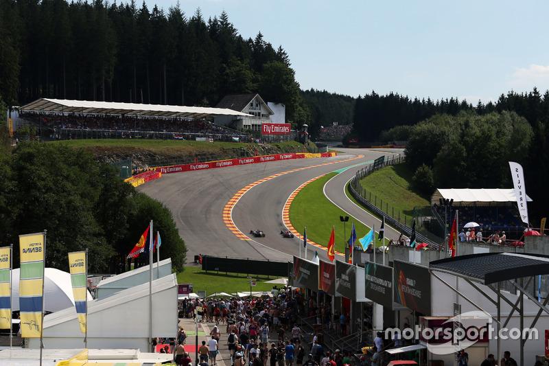 (L to R): Nico Hulkenberg, Sahara Force India F1 VJM09 and Daniel Ricciardo, Red Bull Racing RB12