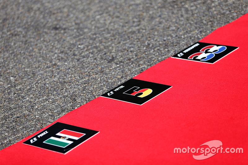 Cartellini in griglia per Sergio Perez, Sahara Force India F1; Sebastian Vettel, Ferrari; e Max Verstappen, Red Bull Racing