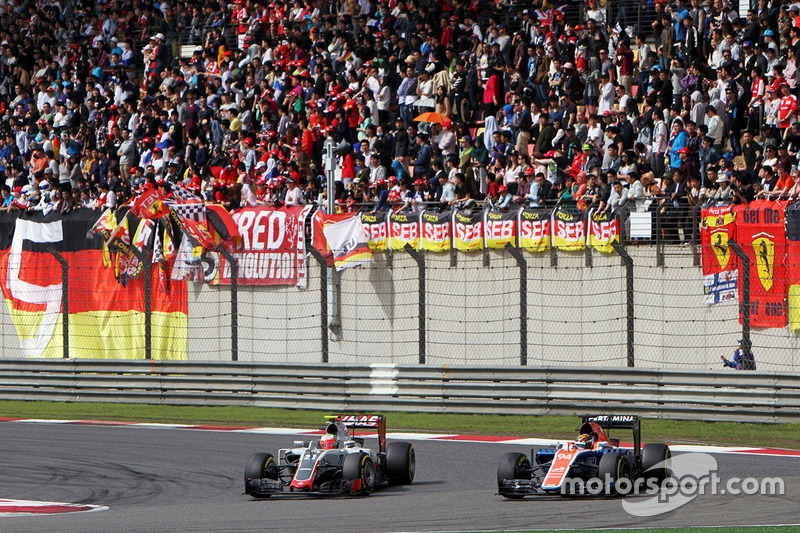 Esteban Gutierrez, Haas F1 Team VF-16 and Pascal Wehrlein, Manor Racing MRT05