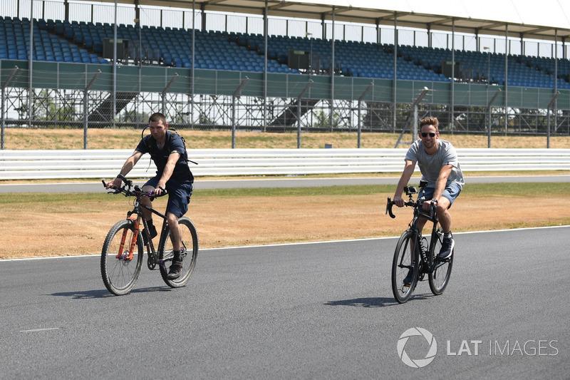 Guy Martin, et Jenson Button, McLaren parcourent la piste à vélo