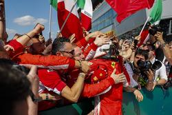 Winnaar Sebastian Vettel, Ferrari, met team in Parc Ferme