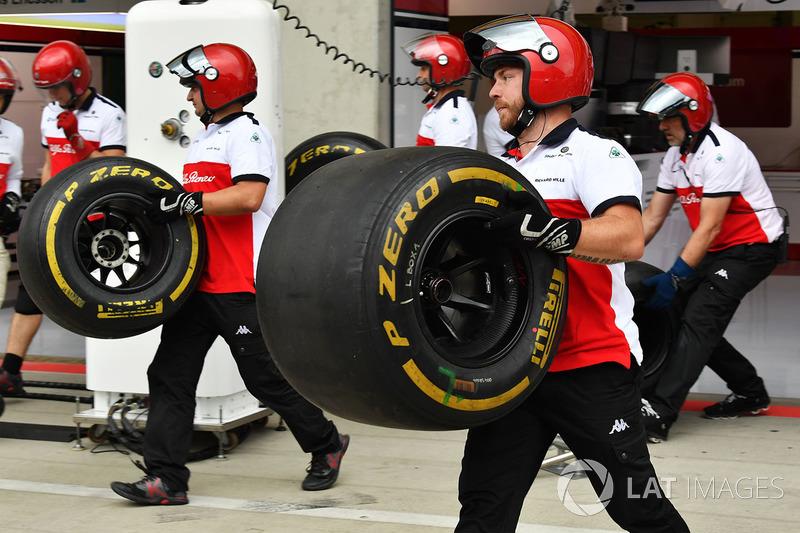 Mekanik Sauber mengangkut ban Pirelli