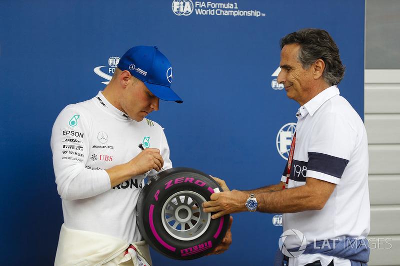 Il poleman Valtteri Bottas, Mercedes AMG F1, firma il Pirelli pole position award, ricevuto da Nelson Piquet Sr.