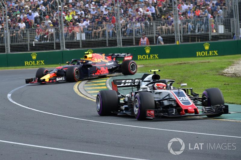 Kevin Magnussen, Haas F1 Team VF-18 alors que Max Verstappen, Red Bull Racing RB14 est en tête à queue