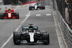 Lewis Hamilton, Mercedes AMG F1 W09, precede Kimi Raikkonen, Ferrari SF71H e Valtteri Bottas, Mercedes AMG F1 W09