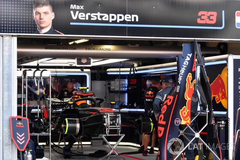 La monoposto di Max Verstappen, Red Bull Racing RB14 nel garage durante le Qualifiche