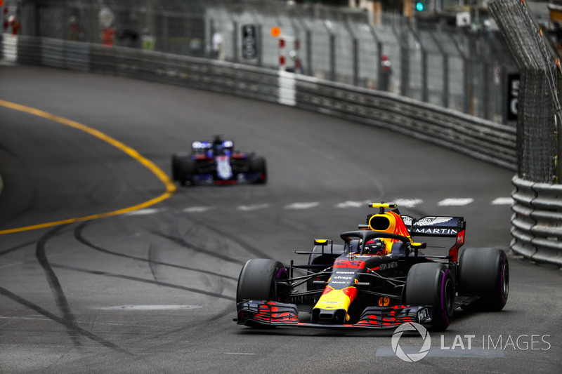 Max Verstappen, Red Bull Racing RB14, y Brendon Hartley, Toro Rosso STR13