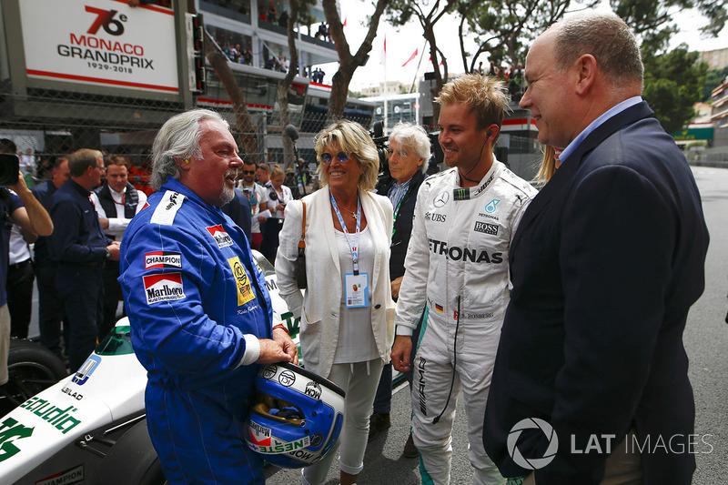 Koke Rosberg se reencuentra con su Williams FW08 Cosworth de 1982 en una exhibición con su hijo Nico Rosberg, que se puso al volante del Mercedes W07 Hybrid de 2016. El Príncipe Alberto habla con ambos.