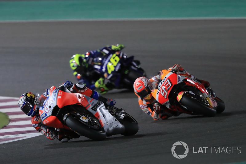 Atrás deles, Valentino Rossi acompanha tudo de perto, na espera de ter uma chance de dar o bote para a vitória.