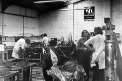 Frank Williams nel laboratorio con una ISO Marlboro IR01 Ford