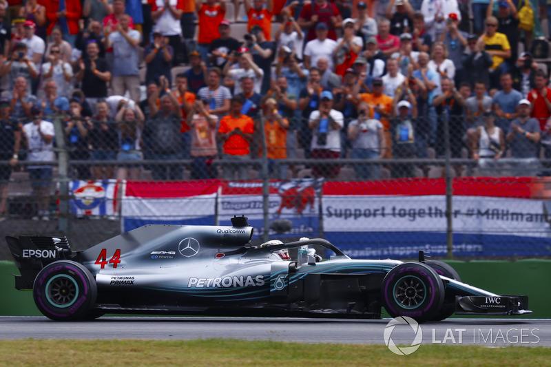 Lewis Hamilton, Mercedes AMG F1 W09, galibiyeti kutluyor