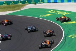 Daniel Ricciardo, Red Bull Racing RB13, gaat wijd na contact met Max Verstappen, Red Bull Racing RB13