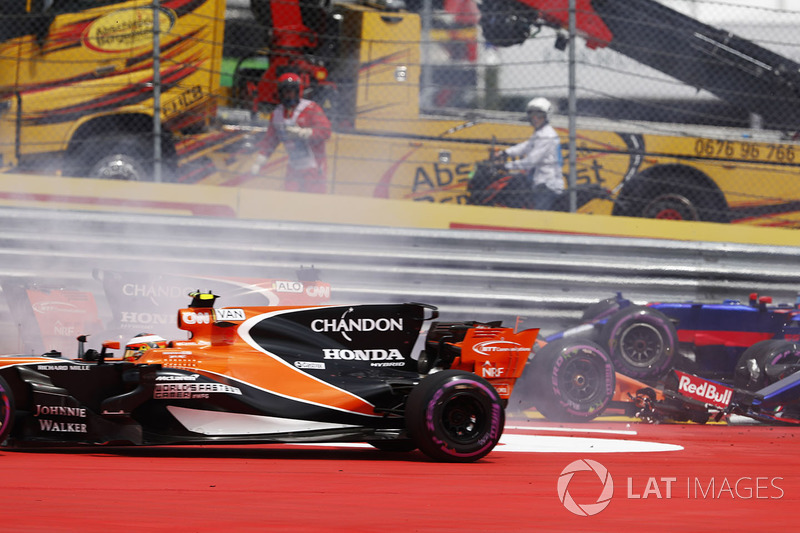 Stoffel Vandoorne, McLaren MCL32, takes avoiding action after Daniil Kvyat, Scuderia Toro Rosso STR1