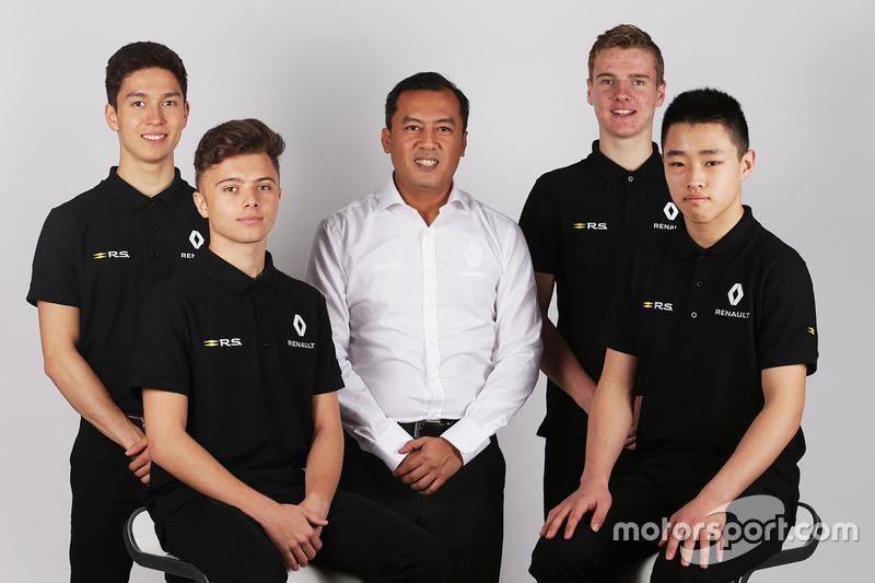 جاك إيتكن وسون يويانغ ويارنو أوبمير مع مُدير أكاديمية رينو للسائقين الشباب