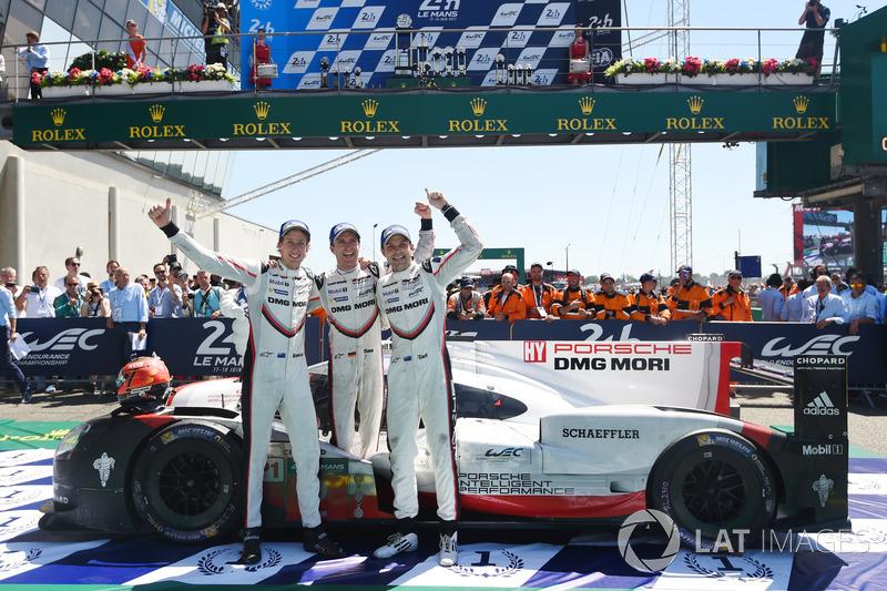 6. Los ganadores Timo Bernhard, Earl Bamber, Brendon Hartley, Porsche Team