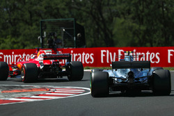 Sebastian Vettel, Ferrari SF70-H, Valtteri Bottas, Mercedes-Benz F1 W08 Hybrid