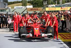 Ferrari mekanikeri ve Sebastian Vettel, Ferrari SF70-H