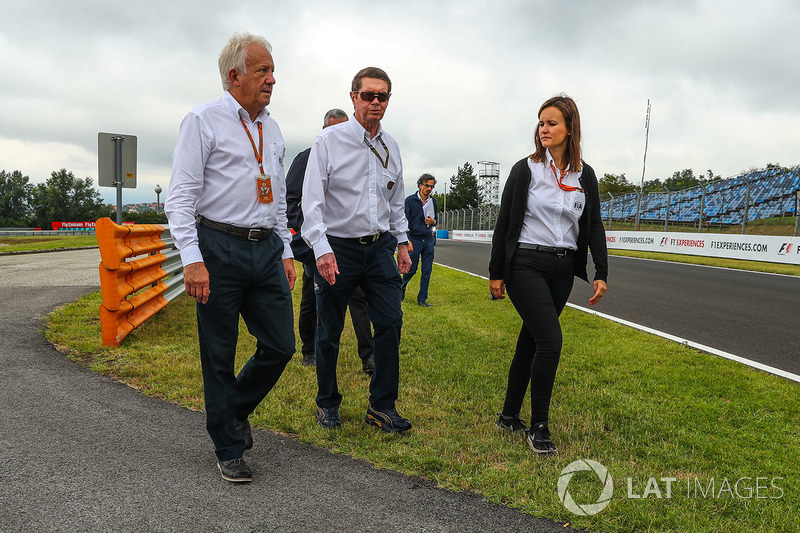 Charlie Whiting, delegado de la FIA camina la pista