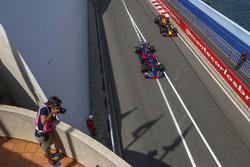 Даниил Квят, Scuderia Toro Rosso STR12, и Даниэль Риккардо, Red Bull Racing RB13