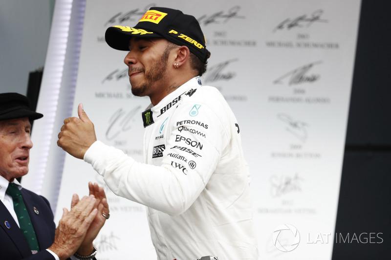 Ganador Lewis Hamilton, Mercedes AMG F1, corre y Sir Jackie Stewart en el podio