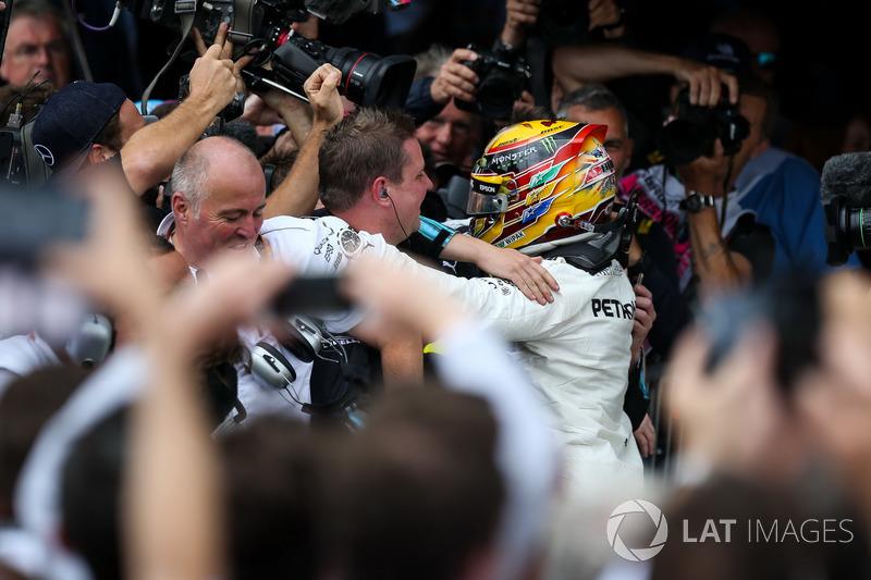 Ganador de la carrera Lewis Hamilton, Mercedes AMG F1 celebra en parc ferme con el equipo