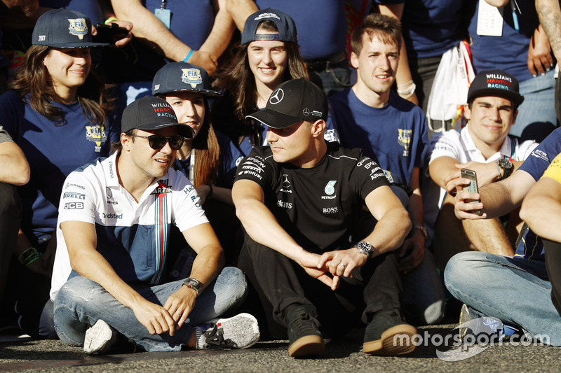 Felipe Massa, Williams, discute avec Valtteri Bottas, Mercedes AMG F1