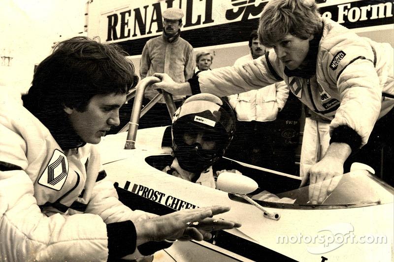 Giorgio Piola con Eddie Cheever prueba el Renault RE30B en Paul Ricard en 1982