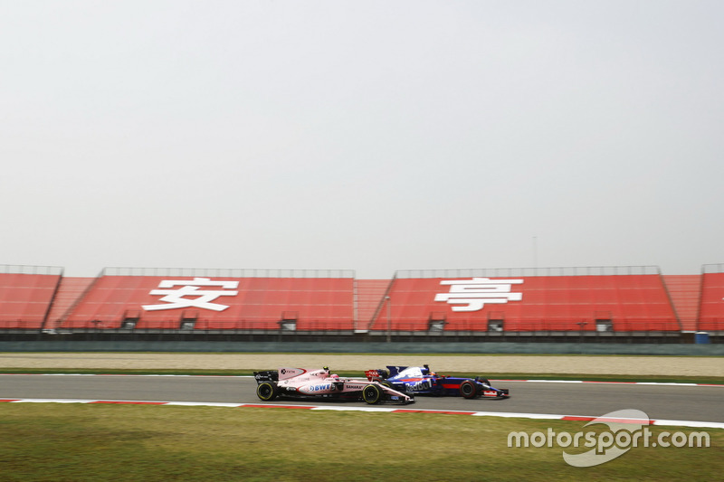 Daniil Kvyat, Scuderia Toro Rosso STR12, passes Esteban Ocon, Force India VJM10