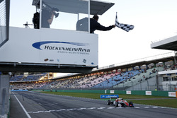 Finishvlag voor Callum Ilott, Prema Powerteam, Dallara F317 - Mercedes-Benz