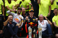 Max Verstappen, Red Bull Racing, racewinnaar, derde plaats Daniel Ricciardo, Red Bull Racing, Christian Horner, Teambaas, Red Bull Racing, Helmut Marko, Consultant, Red Bull Racing, Red Bull team vieren feest