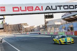 فرينز يجتاز خط النهاية بالمركز الأول في سباق دبي الثاني، بورشه جي تي 3 الشرق الأوسط