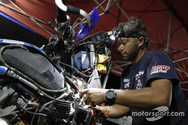 Mecánico trabajando en una moto