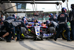 Daniil Kvyat, Scuderia Toro Rosso STR12 makes a pitstop