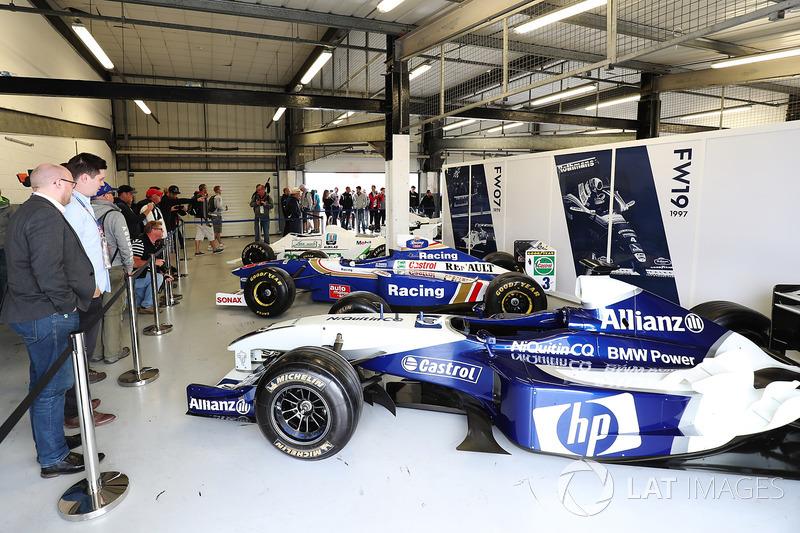 Historische Formel-1-Autos in der Box von Williams