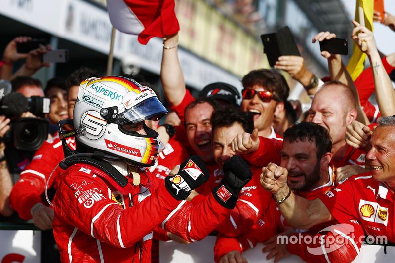 Себастьян Феттель празднует победу в Австралии