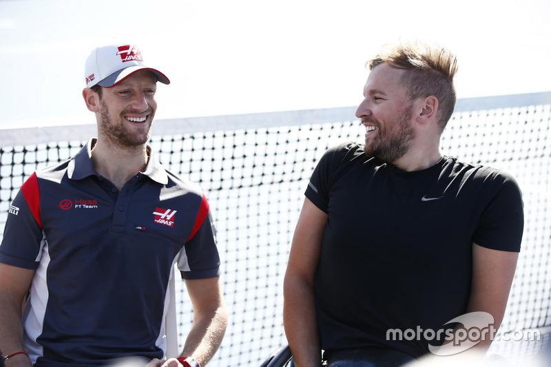 Romain Grosjean, Haas F1 Team, mit Paralympics-Sieger Dylan Alcott