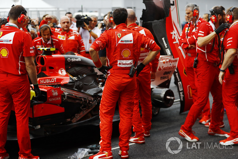 The Ferrari team gather around the car of Kimi Raikkonen, Ferrari SF70H, as it develops Turbo problems prior to the start
