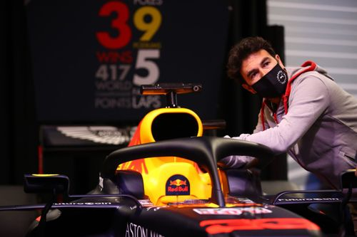 Sergio Perez visita la fabbrica Red Bull Racing