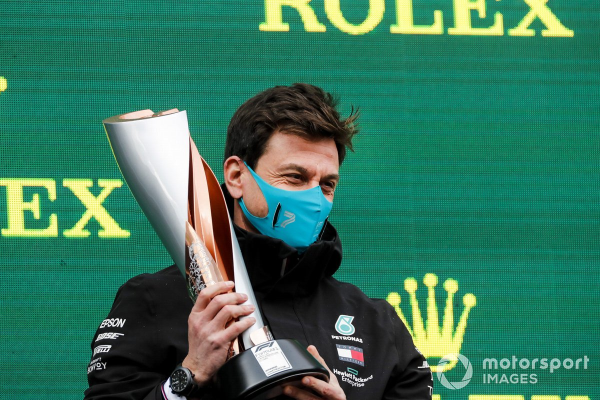 Toto Wolff, Executive Director (Business), Mercedes AMG, con il trofeo per il costruttore