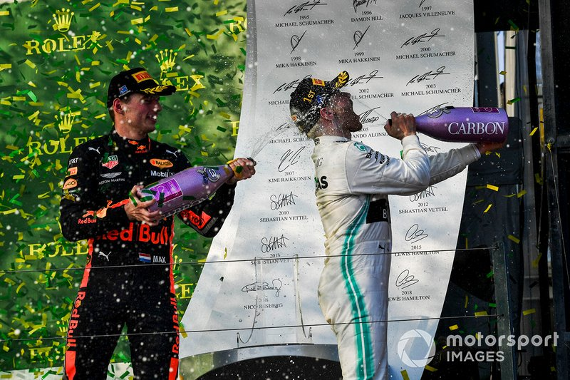 Max Verstappen, Red Bull Racing, terzo, spruzza champagne a Valtteri Bottas, Mercedes AMG F1, vincitore
