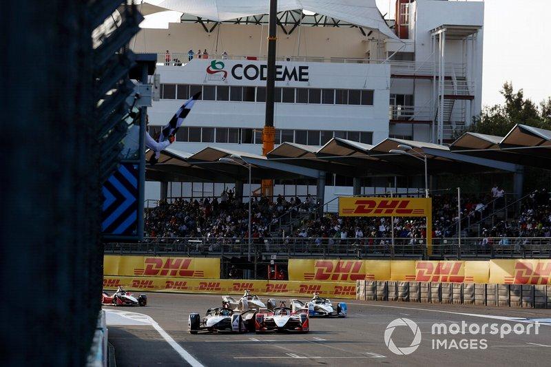 Lucas Di Grassi, Audi Sport ABT Schaeffler, Audi e-tron FE05, si tocca con Pascal Wehrlein, Mahindra Racing, M5 Electro, mentre lo supera sul traguardo, prendendo la bandiera a scacchi e vincendo la gara